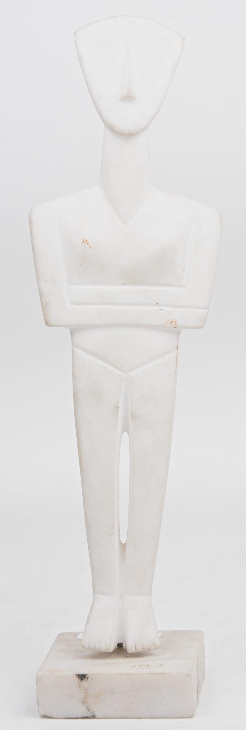 Kubistisch personage. Witmarmeren sculptuur. Klein letsel.