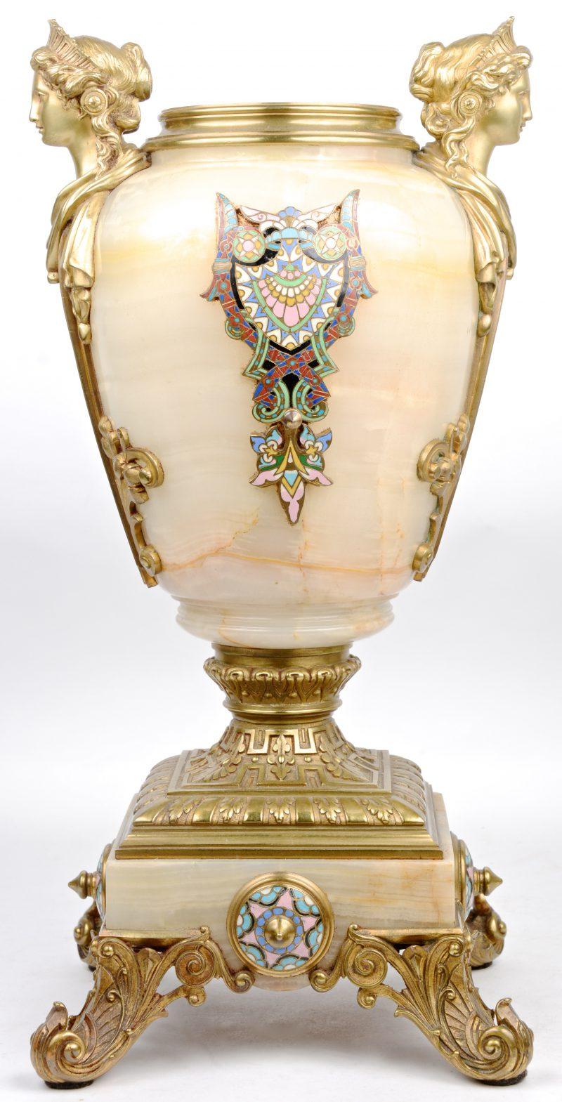 Een cassolette van albast en verguld brons, versierd met kariatiden en figuren van cloisonné. Deksel manco.