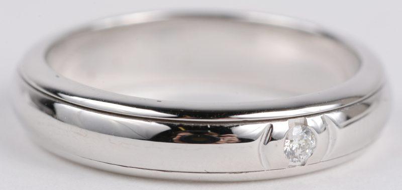 Een 18 karaats wit gouden ring bezet met diamanten met een gezamenlijk gewicht ± 0,02 ct.