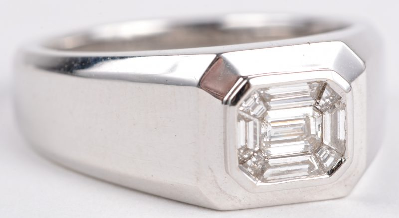 Een 18 karaats wit gouden ring bezet met diamant baguetten met een gezamenlijk gewicht ± 1,68 ct.