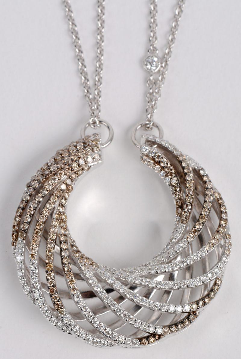 Een 18 karaats wit gouden ketting met hanger bezet met twee kleuren diamant met een gezamenlijk gewicht ± 2,63 ct.