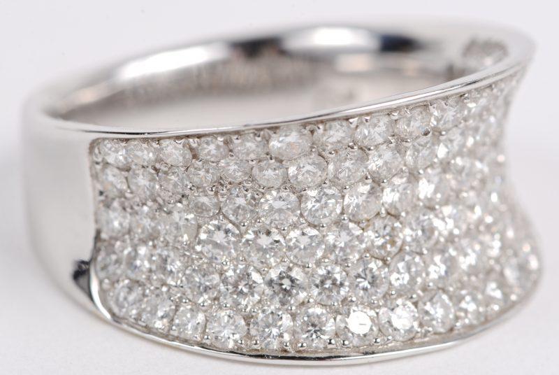 Een 18 karaats geel gouden ring bezet met diamanten met een gezamenlijk gewicht ± 2,52 ct.