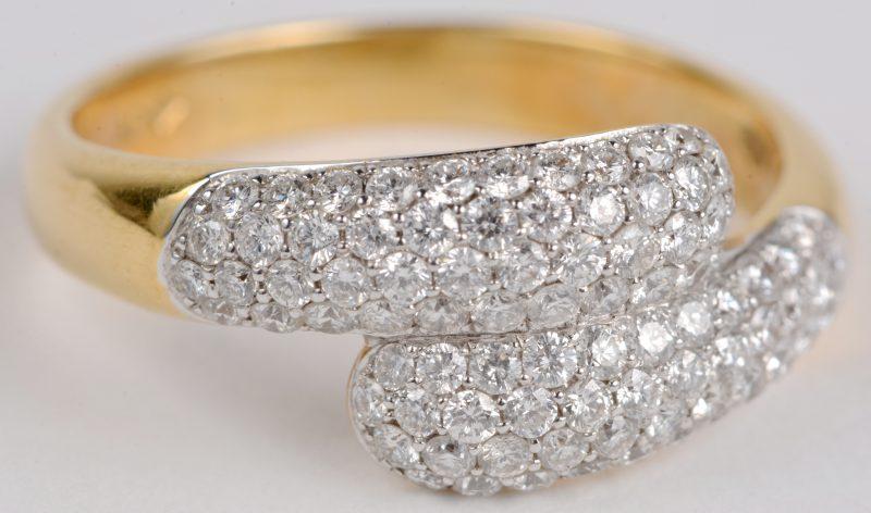 Een 18 karaats wit en geel gouden ring bezet met diamanten met een gezamenlijk gewicht ± 1,07 ct.