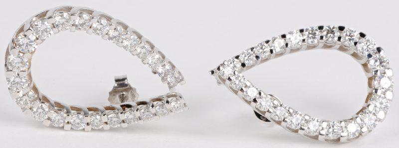 Een paar 18 karaats wit gouden oorbellen bezet met diamanten met een gezamenlijk gewicht ± 5,02 ct.