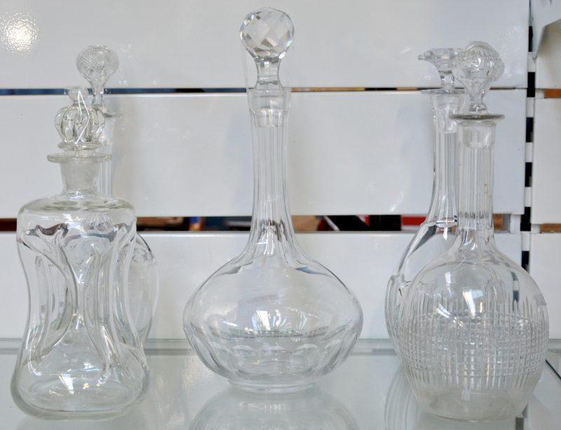 Een lot van vijf verschillende karaffen van kleurloos glas en kristal.