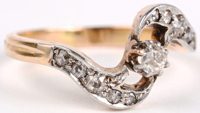 Een 18 karaats wit en geel gouden ring bezet met diamanten oude slijp met een gezamenlijk gewicht van ± 0,3 ct.