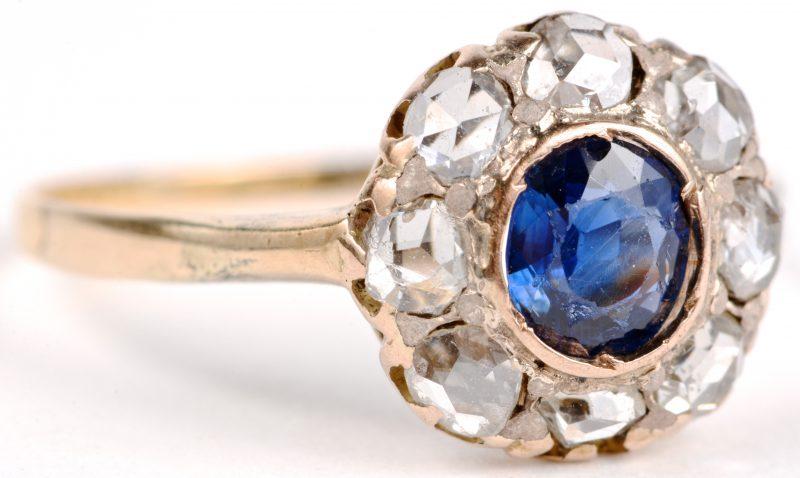 Een 18 karaats geel gouden ring bezet met diamanten oude slijp met een gezamenlijk gewicht van ± 0,40 ct. en een centrale saffier van ± 0,40 ct.