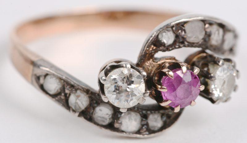 Een 18 karaats wit en geel gouden ring bezet met diamanten oude slijp en twe briljanten met een gezamenlijk gewicht van ± 0,40 ct. en een centrale srobijn van ± 0,15 ct.