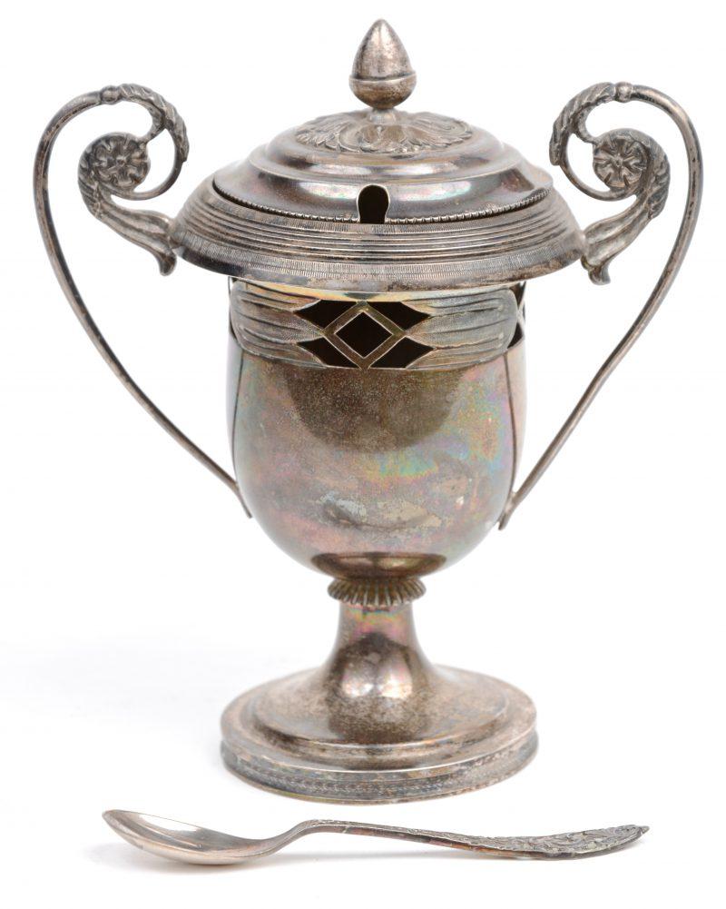 Een suikerpotje van zilver 800‰ met een verzilverd lepeltje.