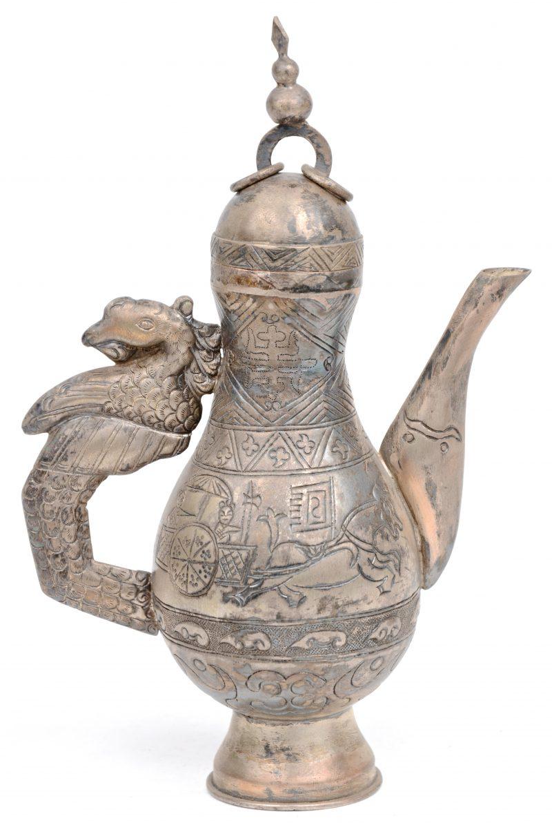 Een Oosters theepotje met draken motief.