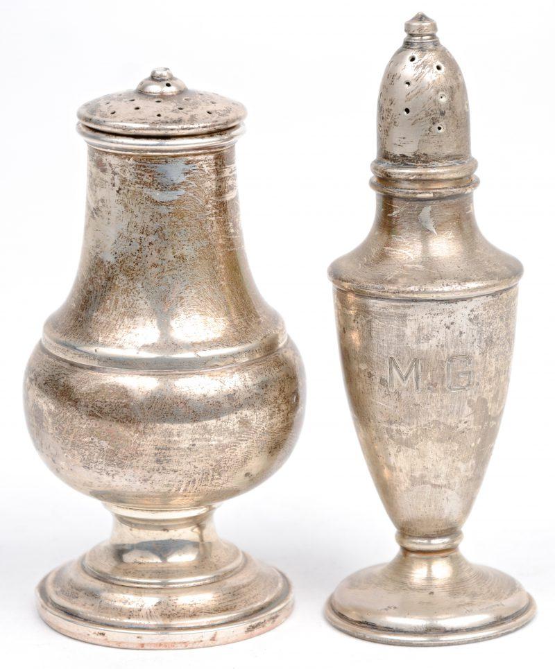 Een sterling zilveren zout en peper vaatje.