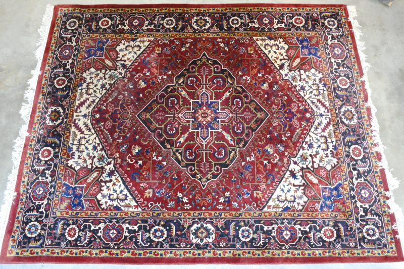 Een handgeknoopt Indisch wollen tapijt.
