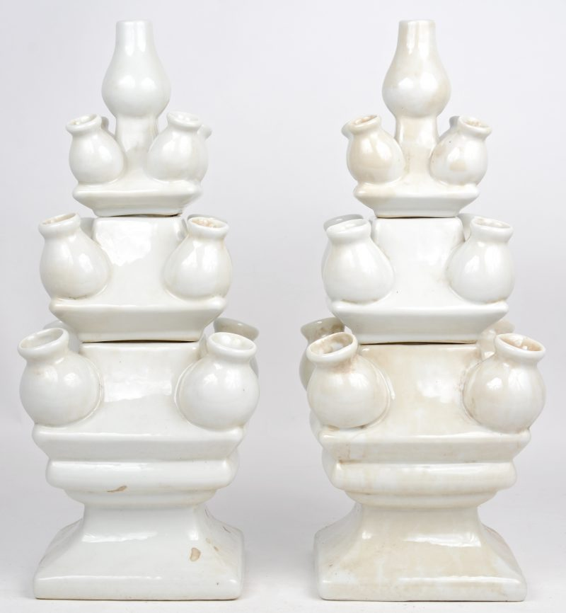 Een paar, uit drie delen opgebouwde tulpenvazen van monochroom wit porselein.