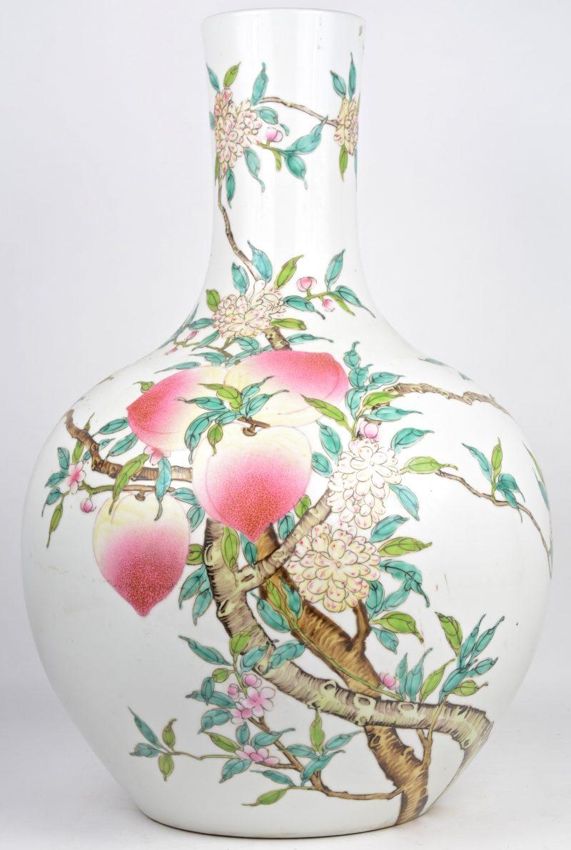 Een grote buikvaas van Chinees porselein met een meerkleurig perzikendecor. Onderaan gemerkt.