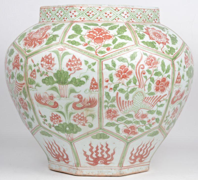 Een achthoekige cachepot van Chinees porselein met een meerkleurig decor van bloemen en vogels.