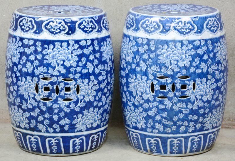 Een paar tuinstoeltjes van Chinees porselein met een blauw-wit floraal decor.