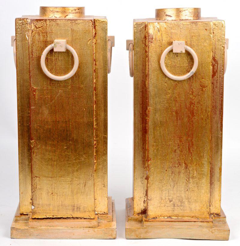 Een paar verguld houten tafellampen met metalen ringen. Te monteren op elektriciteit.