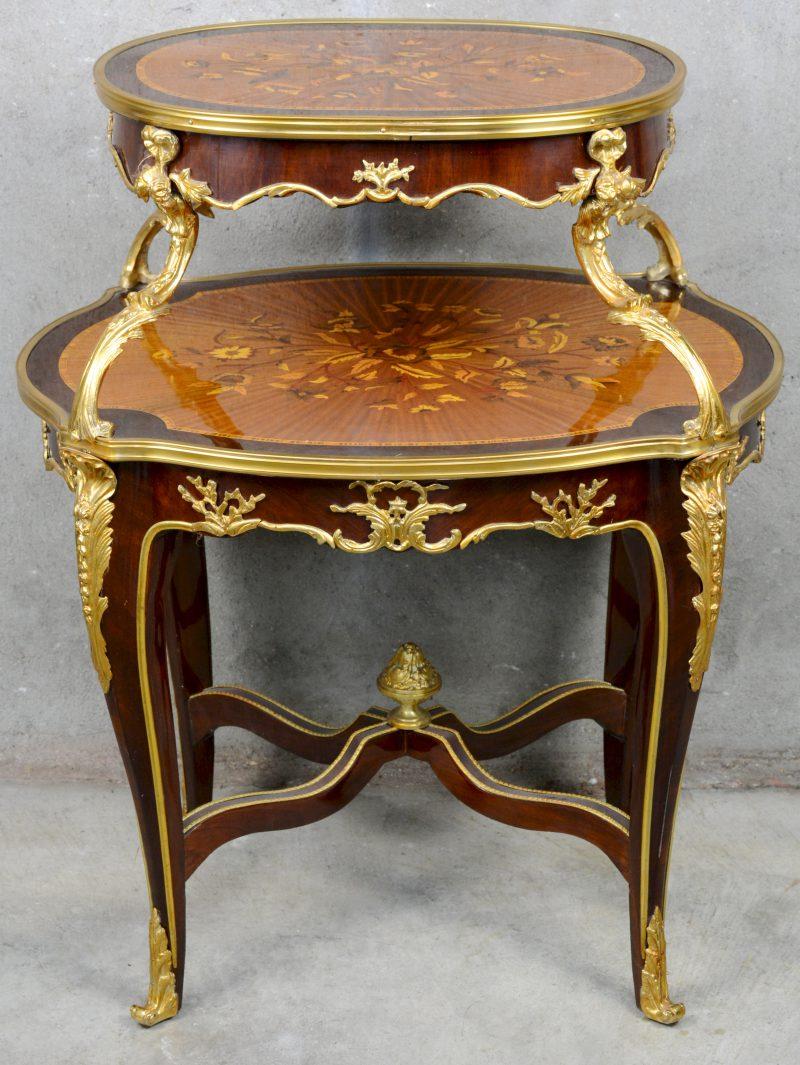 Een gefineerde étagèretafel in Lodewijk XV-stijl met verguld bronsbeslag en marquetterie.