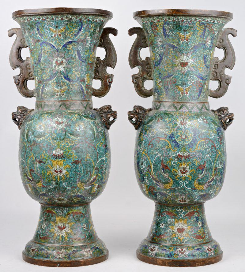 Een paar vazen van cloisoné op brons, versierd met een meerkleurig bloemendecor.