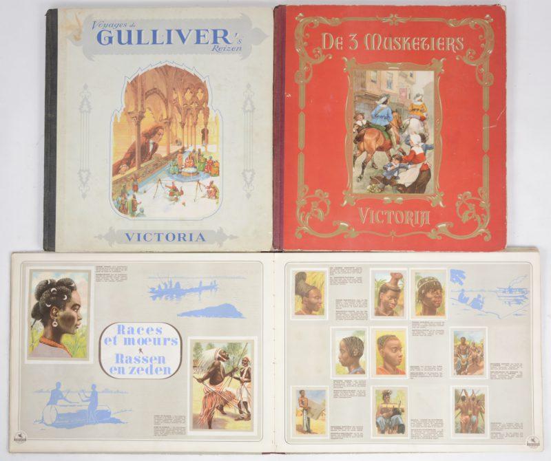 """Drie chromo-ambums: - """"Onze Kongo"""". Chocolade Jacques- """"Gullivers reizen"""". Victoria.- """"De 3 musketiers"""". Victoria."""