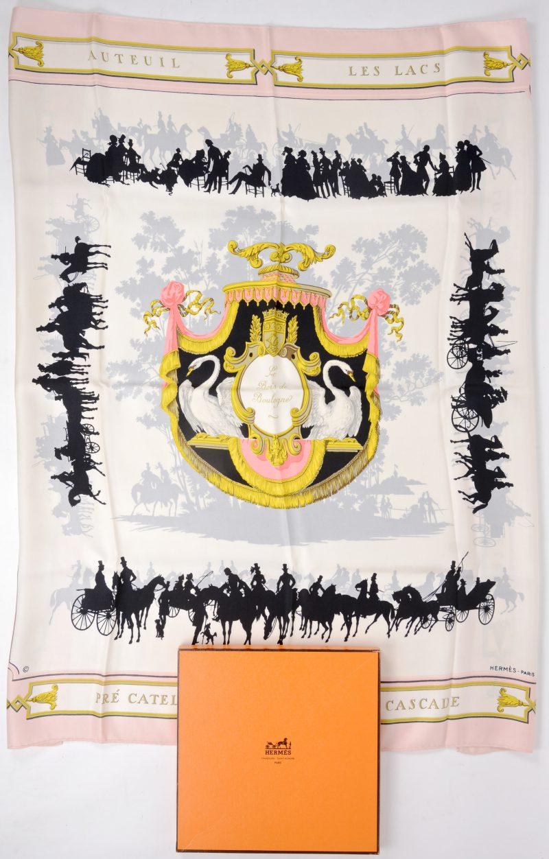 """""""Les Bois de Boulogne"""". Een kleurrijke zijden sjaal. Gemerkt en in originele doos."""