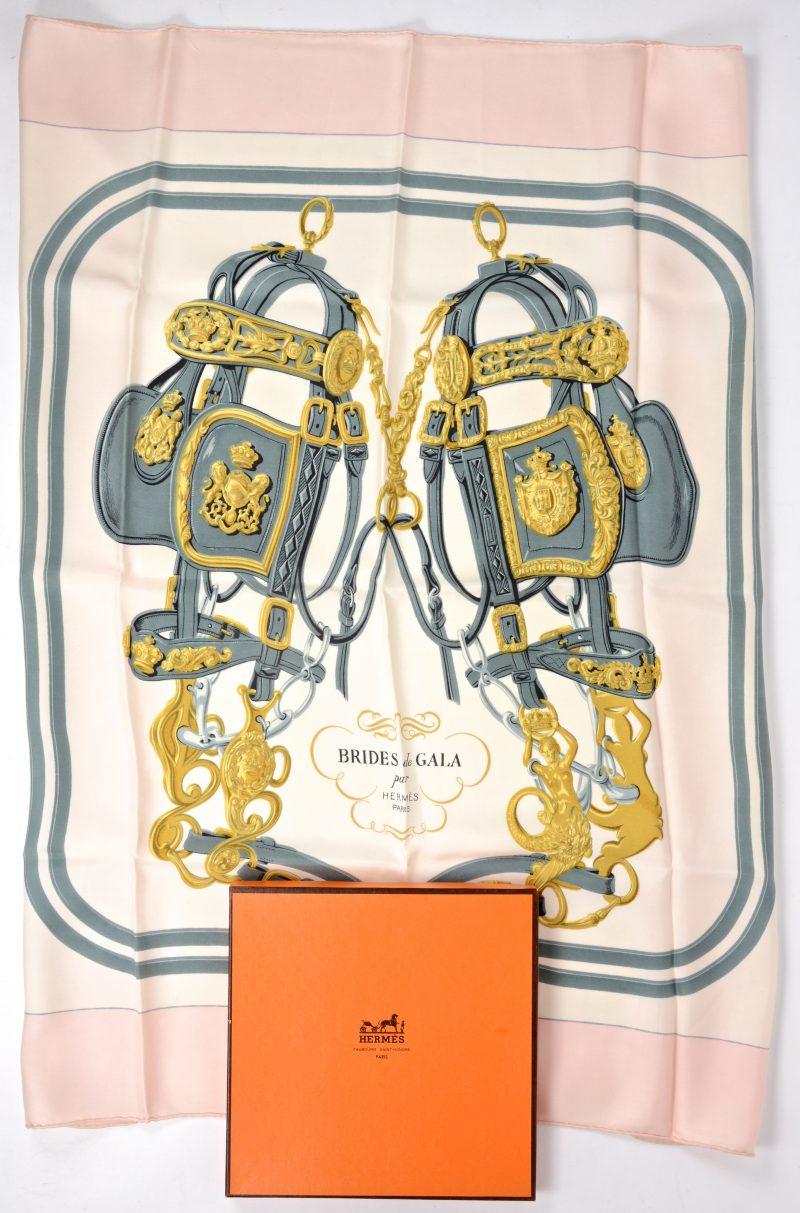 """""""Brides de Gala"""". Een kleurrijke zijden sjaal. Gemerkt en in originele doos."""