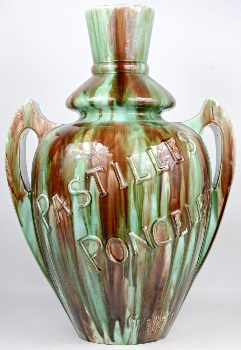 Een grote kruik van meerkleurig geglazuurd Hasselts aardewerk met opschrift 'Pastilles Poncelet. Kleine randschilfer.