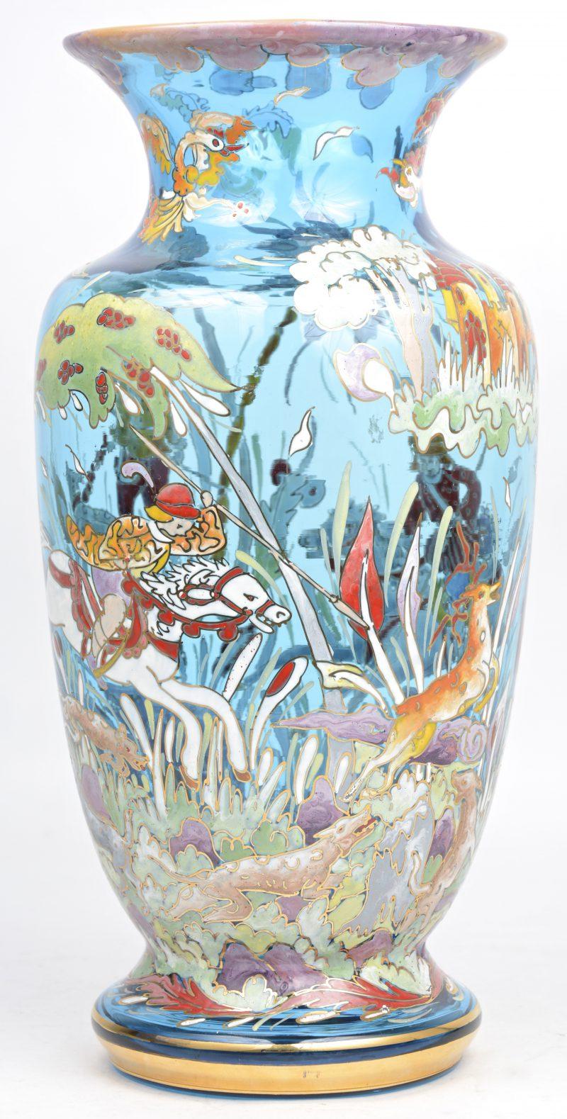 Een vaas van venetiaans glas met een handgeschilderd jachttafereel in emailverf.