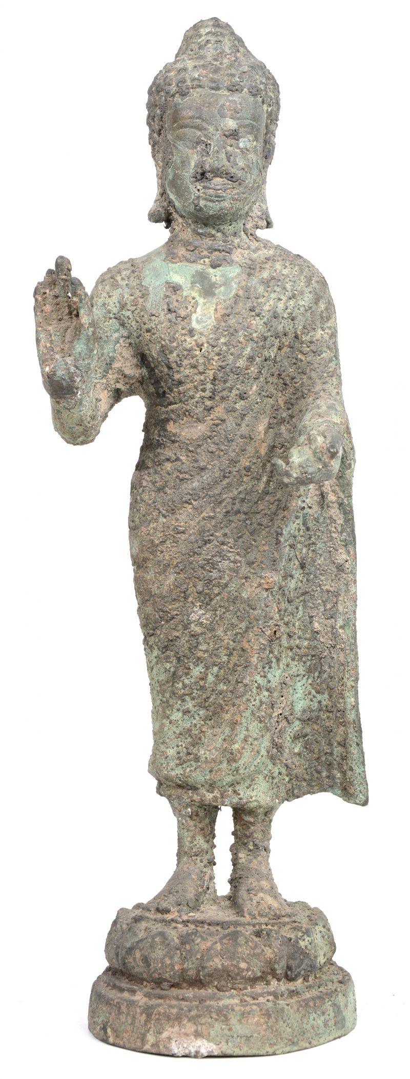Staande Boeddha van brons. Thais werk, mogelijk XVIIde eeuw.