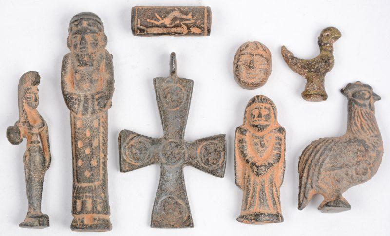 Een lot van acht bronzen  voorwerpen/ bodemvondsten.