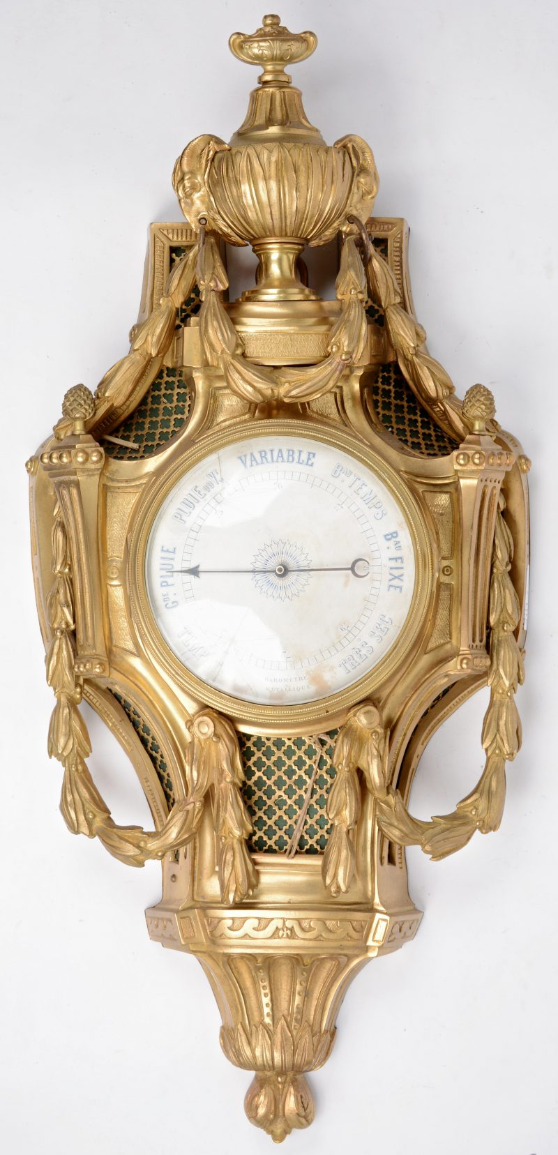 Een barometer van verguld brons in Lodewijk XVI-stijl.