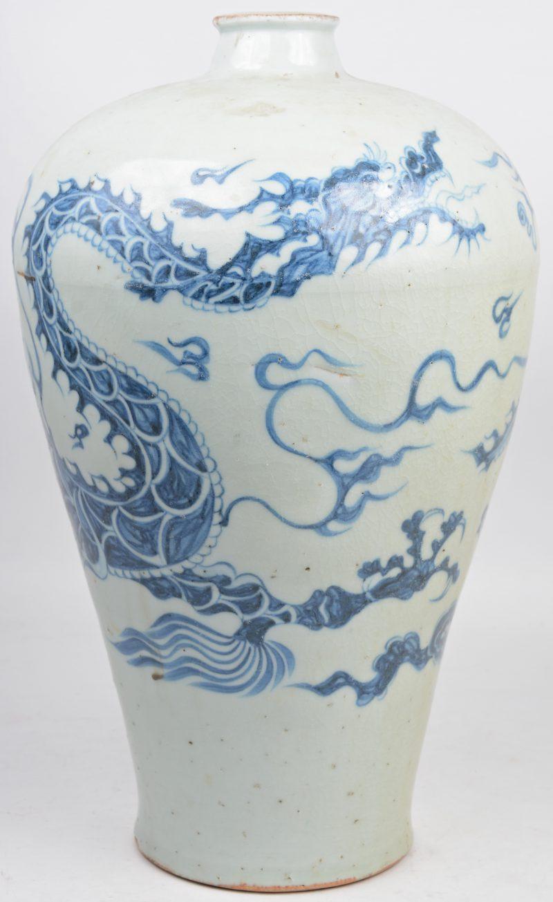 Een vaas van Chinees porselein met een blauw op wit drakendecor.