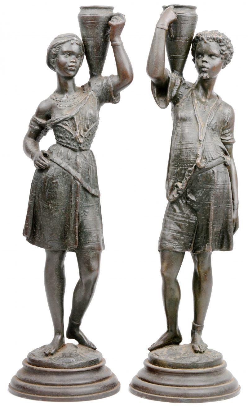 Een paar bronzen waterdragers.