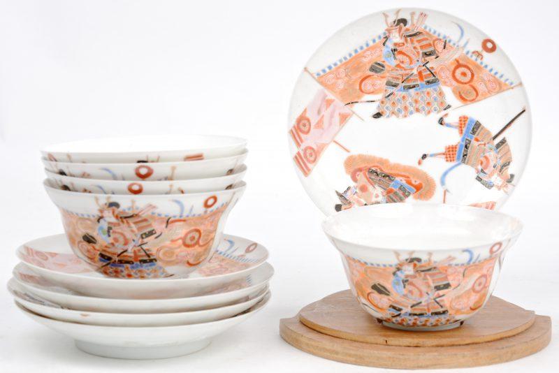 Een reeks van vijf kopjes en schoteltjes van Japans porselein, versierd met een meerkleurig decor van krijgers.