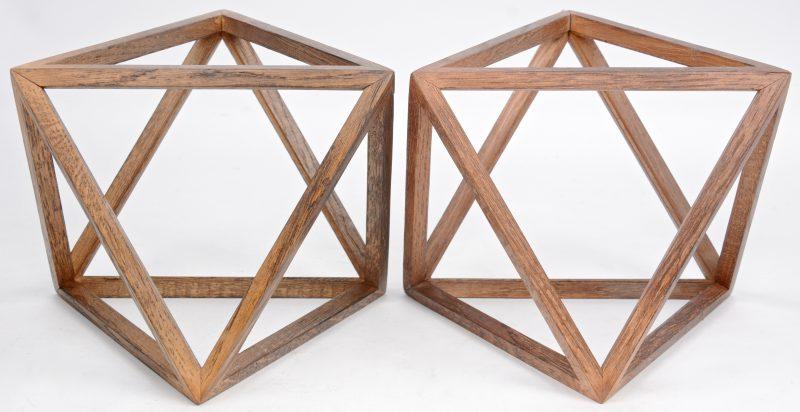 Een paar houten meesterstukken in de vorm van geometrische figuren.