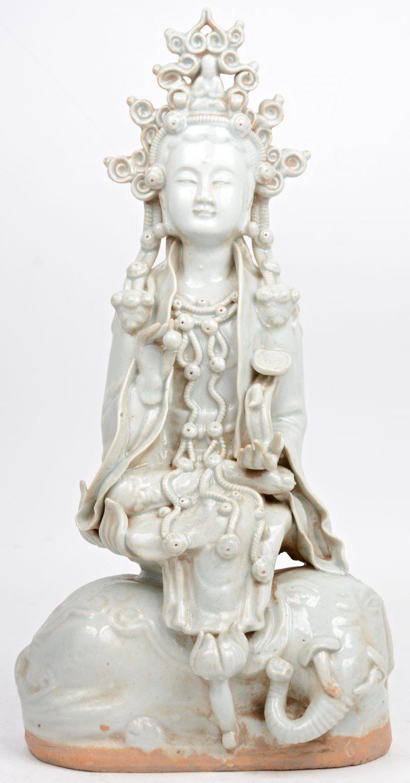 """""""Zittende Guan Yin op een olifant"""". Een beeld van monochroom wit porselein in de stijl van het Blanc-de-Chine."""