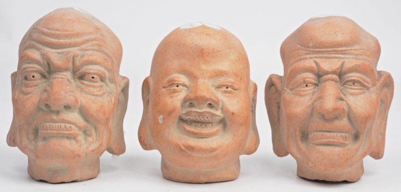 Drie Chinese hoofden van aardwerk.
