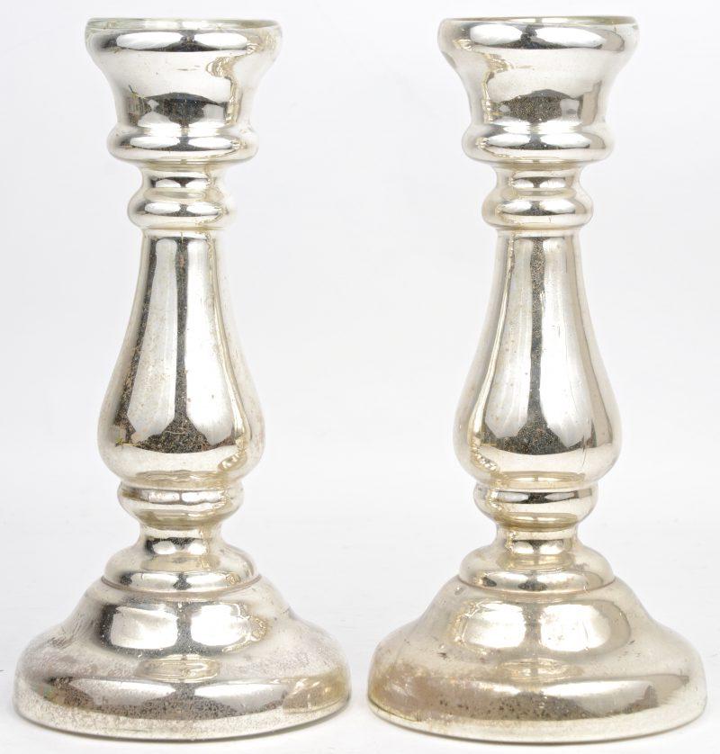 Paar kandelaars van verzilverd glas.