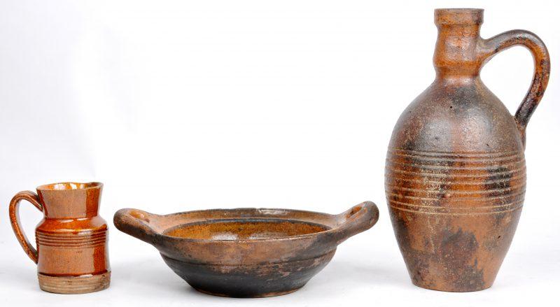 Een kruikje, een schaaltje en een kannetje van oud Vlaams aardewerk.