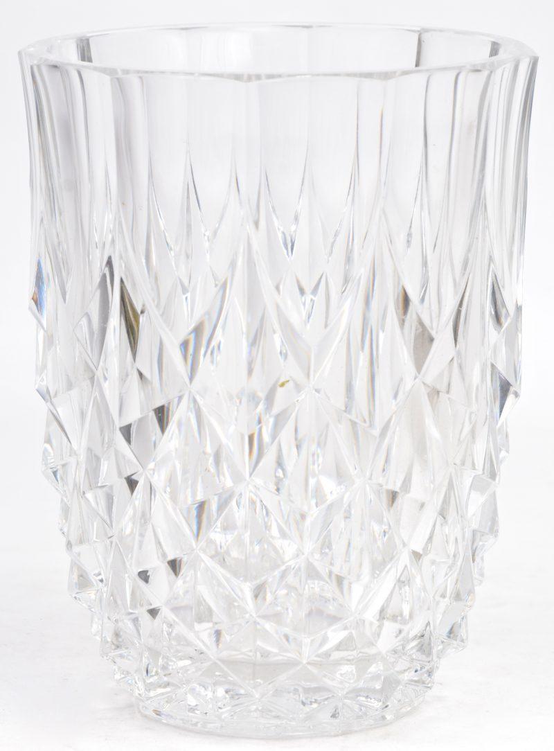 Een kleurloos kristallen geslepen vaas. Gemerkt onderaan.