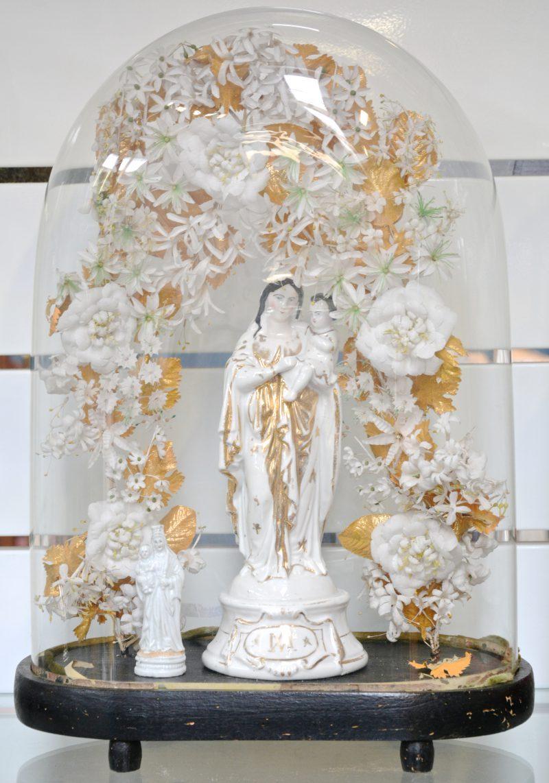 Een Madonna met kind van Brussels porselein onder stolp (barst in het glas)