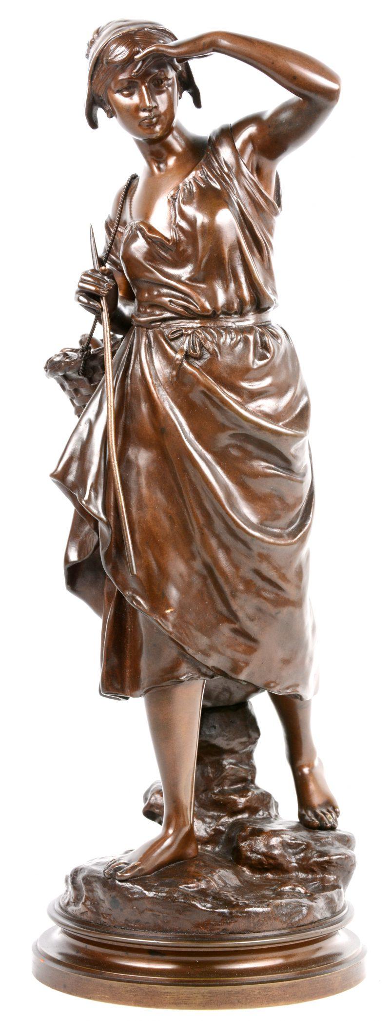 """""""Vissersvrouw"""". Een beeld van bruingepatineerd brons. Gesigneerd."""