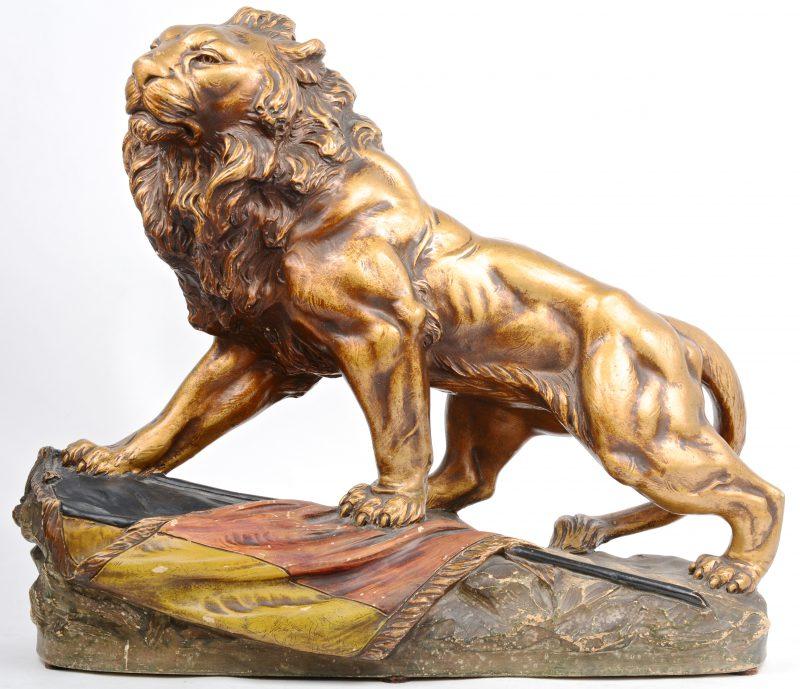 """""""Belgische leeuw"""". Een beeld van gepatineerd terracotta. Gesigneerd."""