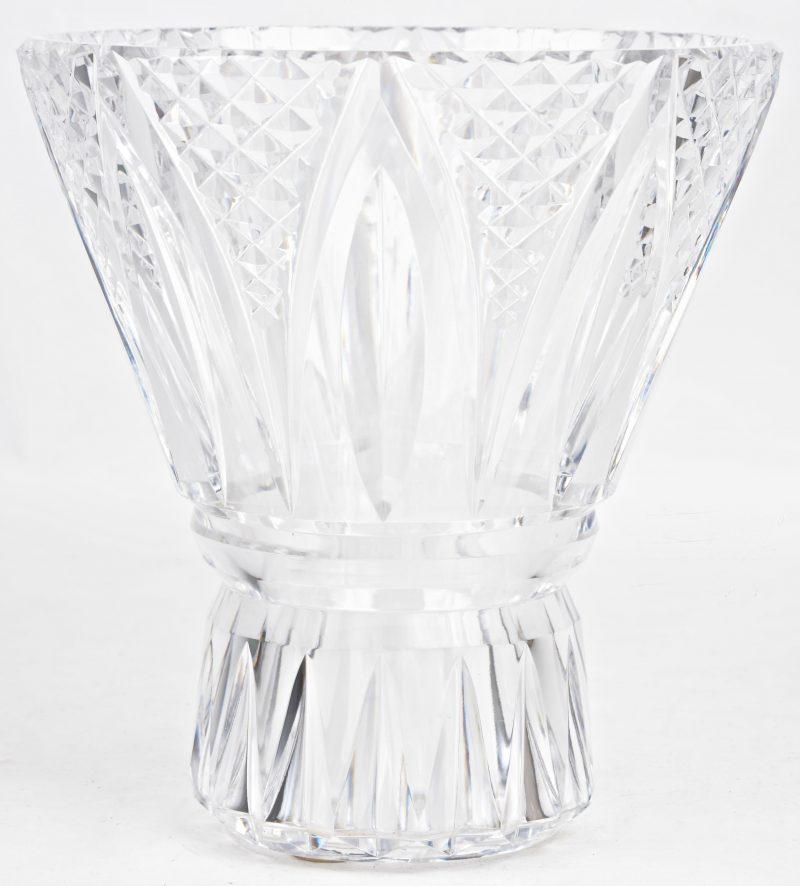 Een vaas van geslepen kleurloos kristal. Gemetkt.