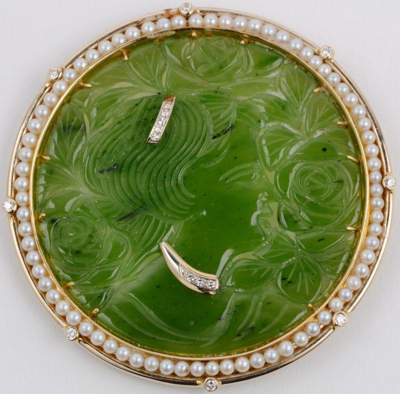Een 18 karaats geel gouden hanger en of broche van jade bezet met parels en diamanten met een gezamenlijk gewicht van ±0,50 ct.