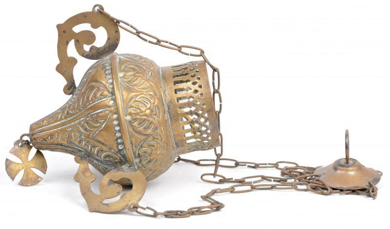Een antiek godslampje van gedreven messing.