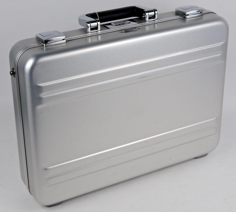 Een zilverkleurige aktetas van aluminium.