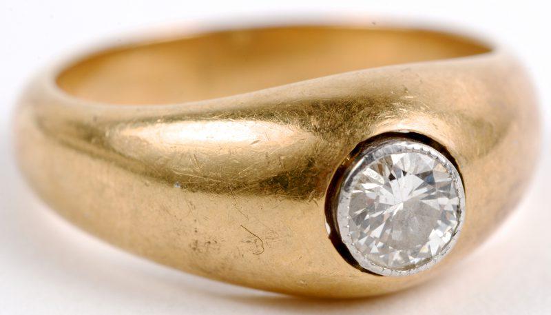 Een 18 karaats geel gouden ring bezet met een centrale diamant van ± 0,50 ct.