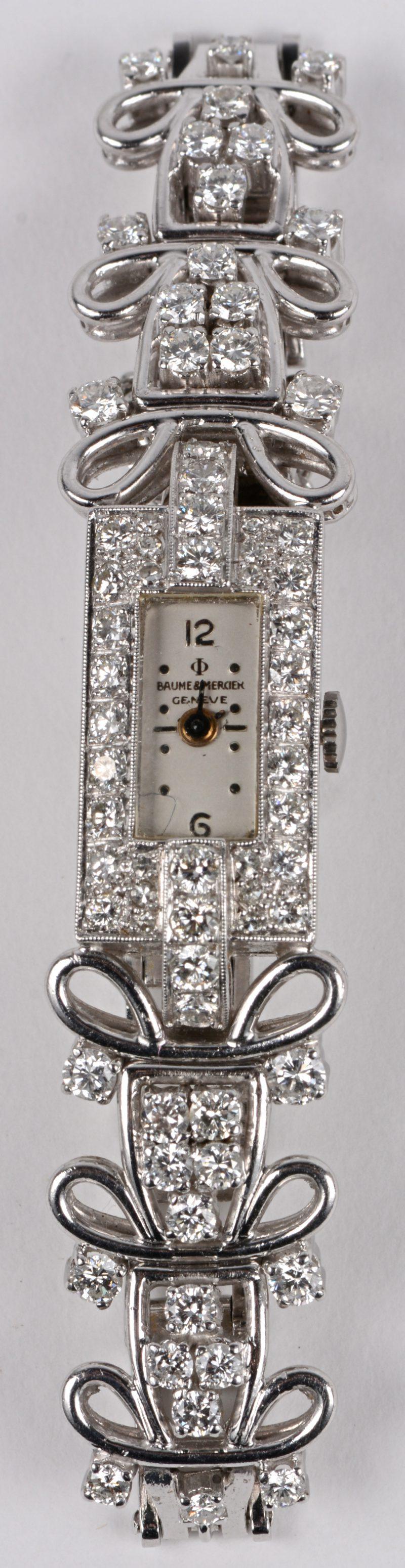 Een art deco platina dameshorloge bezet met briljanten met een gezamenlijk gewicht van ± 2 ct. rond de wijzerplaat en op de armband.