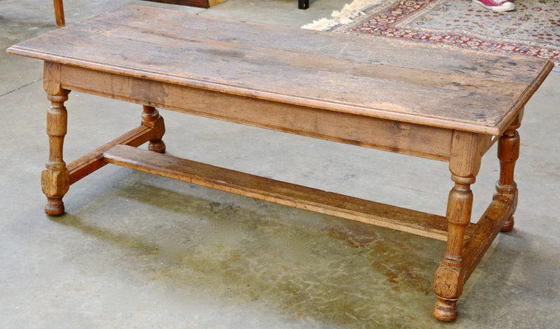 Een eikenhouten salontafel met gedraaide poten in H-verbinding.